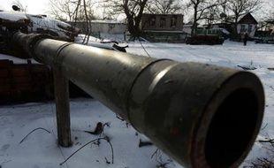 Photo prise le 30 décembre 2014 du canon d'un char détruit dans le village de Stepanivka, dans l'est de l'Ukraine, lors de combats entre les forces ukrainiennes et les rebelles pro-russes