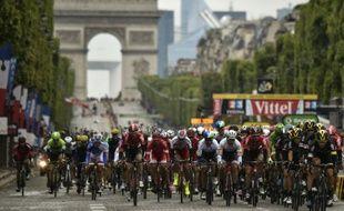 Les cyclistes du Tour de France à leur arrivée le 26 juillet 2015 sur les Champs Elysées à Paris
