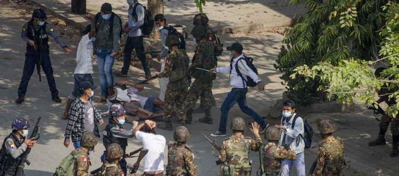 Les manifestations contre l'armée au pouvoir en Birmanie sont de plus en plus nombreuses depuis le coup d'Etat.