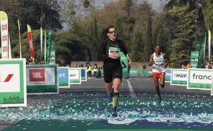 Clémence Calvin franchit la ligne d'arrivée du marathon de Paris.