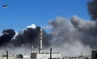 Image tirée d'une vidéo diffusée par Homs Media Center le 30 septembre 2015 montrant des frappes aériennes russes sur la ville de Talbisseh, dans la province syrienne de Homs