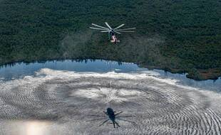 Un hélicoptère s'emploie à combattre un incendie en Sibérie, le 21 juillet 2020.