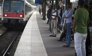 Usagers sur le quai du RER B (illustration)
