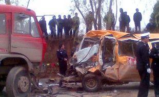 Une collision dans le nord-ouest de la Chine entre un camion et un minibus scolaire avec 64 personnes à bord a fait mercredi 20 morts, dont 18 enfants, ont annoncé les autorités locales.