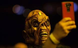 Fan masqué d'Iron Maiden lors du concert du groupe à  Denver en avril 2016
