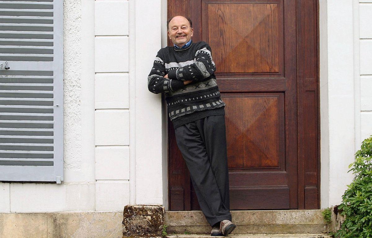 Michel Tournier devant sa maison de Choisel (Yvelines), en avril 2005. – CATHERINE GUGELMANN / AFP