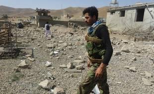 Un soldat afghan à Logar (est), sur le site d'une explosion terroriste attribuée aux talibans, le 6 août 2015.