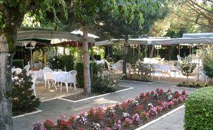 Une terrasse fleurie accueille les clients.