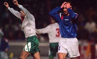 Eric Cantona (en bleu), lors du match France - Bulgarie le 17 novembre 1993.