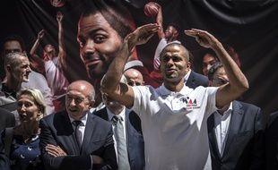Tony Parker, ici en juin 2018 aux côtés de Gérard Collomb, lors de la pose de la première pierre de son académie de basket à Gerland.