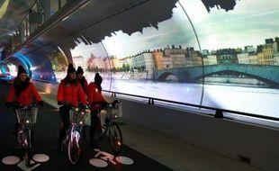 """Un tunnel de près de 2 km réservé aux piétons, vélos et bus, agrémenté de vidéos et effets sonores, a été inauguré jeudi soir à Lyon, une """"première mondiale"""" selon la ville, qui dévoilait l'ouvrage la veille de la traditionnelle fête des Lumières."""