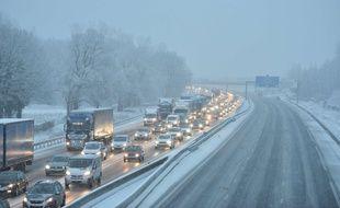 Une autoroute sous la neige. Illustration.