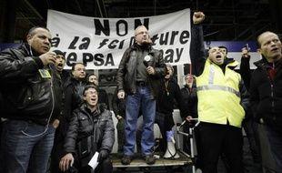 """Le syndicat majoritaire de l'usine d'Aulnay-sous-Bois et le maire socialiste de la ville ont appelé mercredi PSA à mettre """"un coup d'accélérateur"""" pour éviter aux 3.000 salariés de se retrouver à Pôle Emploi après la fermeture du site, prévue début 2014."""