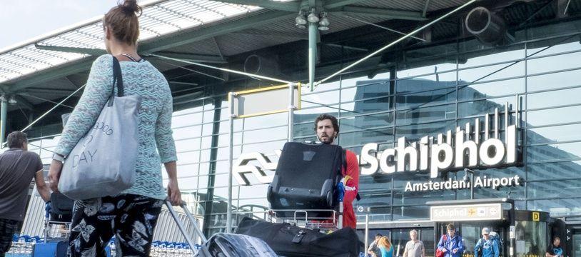 (Photo d'illustration) L'aéroport d'Amsterdam-Schiphol a été perturbé par un problème technique affectant les systèmes de communication entre les contrôleurs aériens et les pilotes.