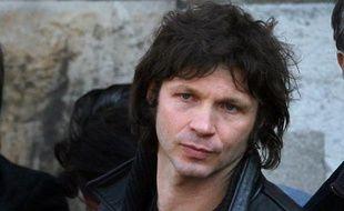 Le leader du groupe Noir Désir, Bertrand  Cantat (C), quitte l'église de Saint-Germain-des-Prés, après les funérailles d'Alain Bashung, à Paris, le 20 mars  2009.