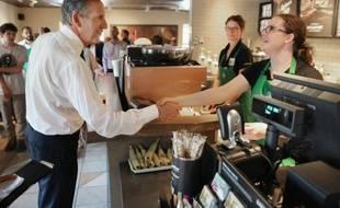 Le PDG de Starbucks, Howard Schultz, salue une employée dans un magasin de la chaîne à Charleston, en Caroline du Sud, le 19 juin 2015