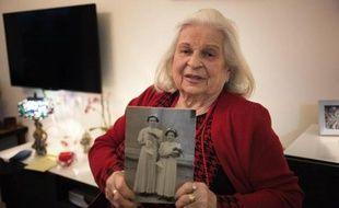 Suzanna Brau, montre une photo d'elle et de sa soeur, Agi, lors d'un entretien le 14 avril 2015 depuis sa maison de retraite près de Jérusalem