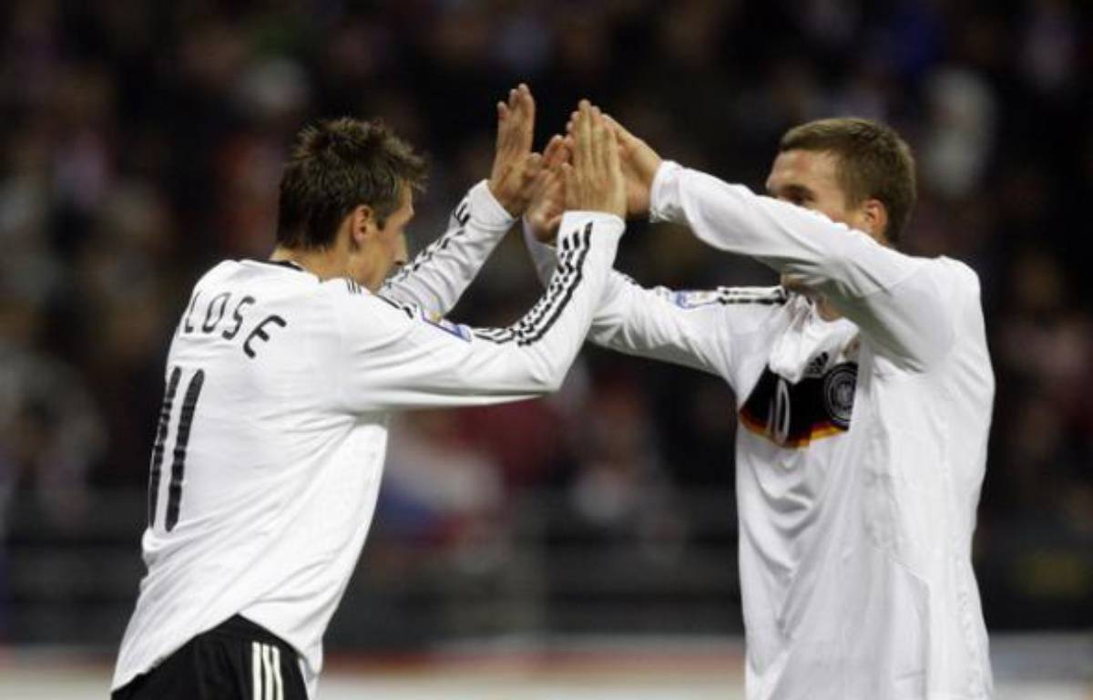 Lukas Podolski félicite son coéquipier Miroslav Klose qui a inscrit le but de la victoire face à la Russie, le 10 octobre 2009 – T.Bohlen/REUTERS