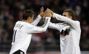 Lukas Podolski félicite son coéquipier Miroslav Klose qui a inscrit le but de la victoire face à la Russie, le 10 octobre 2009