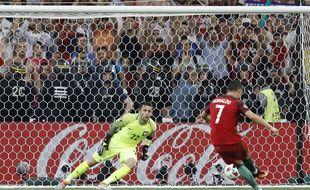 Ronaldo en pleine séance de tirs contre la Pologne, lors de l'Euro 2016.