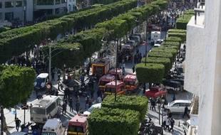Des véhicules de secours interviennent sur l'avenue Bourguiba à Tunis, où une kamikaze s'est fait exploser lundi 29 octobre.