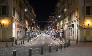 Une rue de Nice lors du couvre feu en avril dernier.