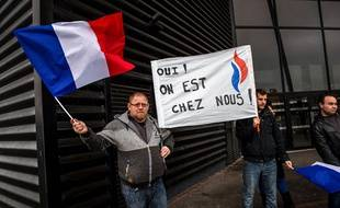 Des militants FN manifestent devant le Cinéville d'Hénin-Beaumont.