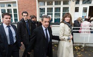 Nicolas Sarkozy et Carla Bruni-Sarkozy lors du premier tour de la primaire de droite le 20 novembre 2016. JACQUES WITT/SIPA
