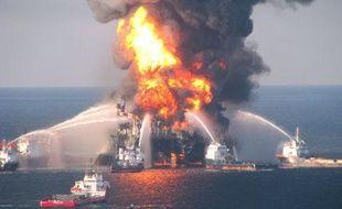 La plateforme pétrolière DeepWater, en flammes après une explosion survenue le 20 avril, a finalement coulé le 22 avril