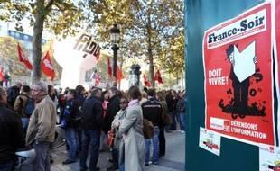 Les rotatives de France Soir devaient tourner mercredi soir pour la dernière édition d'un journal mythique, passé en trente ans de leader des quotidiens français à première victime d'une ère numérique incertaine.