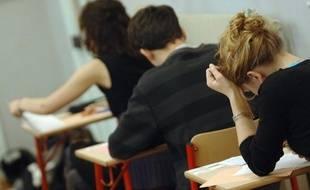 Des élèves en plein examen (illustration).