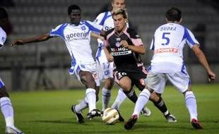 Auxerre's Malian defender Adama Coulibaly (L) fights for the ball with Toulouse's midfielder Bryan Bergougnoux (C), on 23 september 2008 at the Abbe Deschamps Stadium in Auxerre, during their French League Cup football match. AFP PHOTO / JEFF PACHOUD