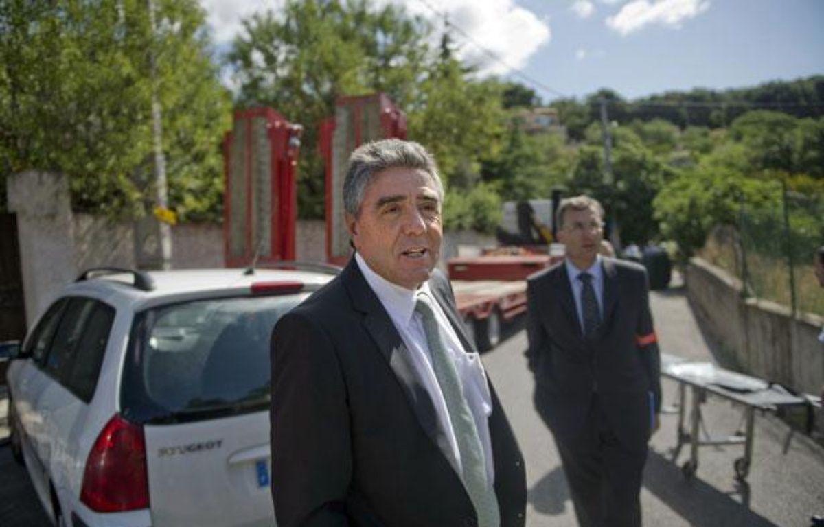 L'ancien préfet des Bouches-du-Rhône, Gilles Leclair, sur une scène de crime le 20 juillet 2011 à Marseille. – AFP PHOTO BERTRAND LANGLOIS