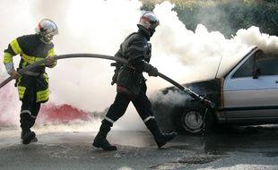 Les pompiers sont intervenus dans le quartier pour éteindre l'incendie des deux voitures. Illustration