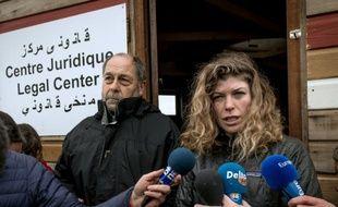 """L'avocat bordelais Raymond Blet et sa """"chef de mission"""" Marianne Humbersot, dans la """"Jungle"""" de Calais, le 12 février 2016"""