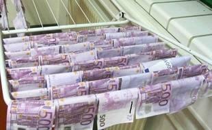 Des billets de 500 euros sèchent sur un tancarville dans un commissariat de Vienne, le 7 décembre 2015