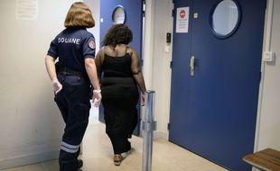 Une femme en provenance de Guyane est emmenée à l'aéroport d'Orly pour vérifier qu'elle ne porte pas de drogue sur elle.