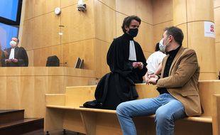 Rachid Hami et son avocat Me Le Mintier dans la salle d'audience du tribunal correctionnel de Rennes lors du procès des militaires de Saint-Cyr.