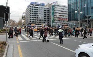 Un policier arrête les voitures après une gigantesque panne d'électricité à Ankara, le 31 mars 2015