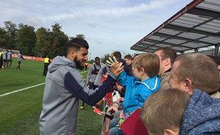 Farès Bahlouli salue un jeune supporter
