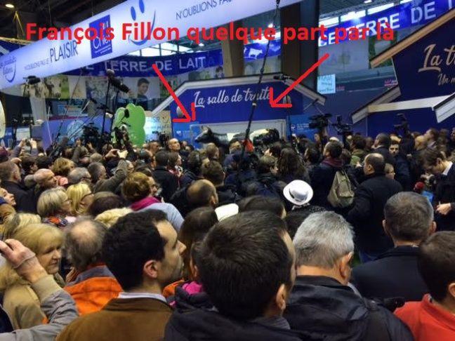 François Fillon là-bas au loin.