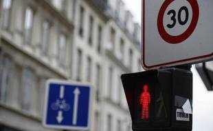 """La pollution de l'air ôterait 8 mois de vie à chaque Parisien: des médecins de la capitale, constatant """"au quotidien"""" dans leur cabinet la hausse de toux chroniques ou d'asthme, ont lancé un """"appel"""" pour refuser """"l'indifférence face à cette atteinte à la santé de nos patients""""."""