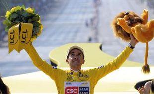 Carlos Sastre, le coureur cycliste de l'équipe CSC, vainqueur du Tour de France 2008, ici avec son maillot jaune sur le podium du Tour sur les Champs Elysées, le 27 juillet 2008.