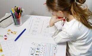 Une élève travaillant à la maison suite a la fermeture des écoles dans l'Oise, à cause du coronavirus