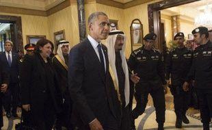 Le président américain Barack Obama (c) marche au côté du roi Salmane d'Arabie saoudite à Ryad, le 27 janvier 2015