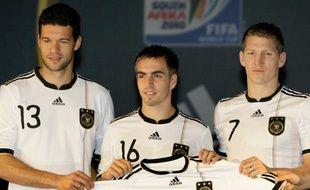 De gauche à droite: Michael Ballack, Philip Lahm et Bastian Schweinsteiger présentent leur maillot de la Coupe du Monde, le 10 novembre 2009