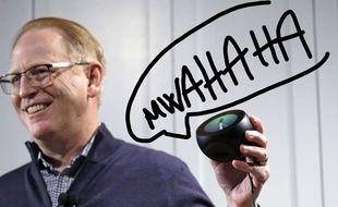 David Limp, vice-président d'Amazon, montre un Amazon Echo Spot, qui permet d'utiliser Alexa, à Seattle le 27 septembre 2017.