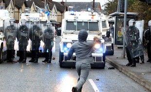 Un jeune militant nationaliste irlandais à Belfast face à la Police