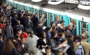 La foule se presse sur les quais du métro, lors d'une grève de la RATP, le 22 novembre 2007 à Paris.