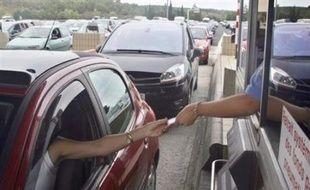 """François Fillon a annoncé vendredi en Haute-Savoie le déblocage """"sans tarder"""" de trois projets autoroutiers"""" qui, selon son entourage, étaient gelés depuis le Grenelle de l'environnement, dans les Landes, en Seine-Maritime et dans le Bas-Rhin."""